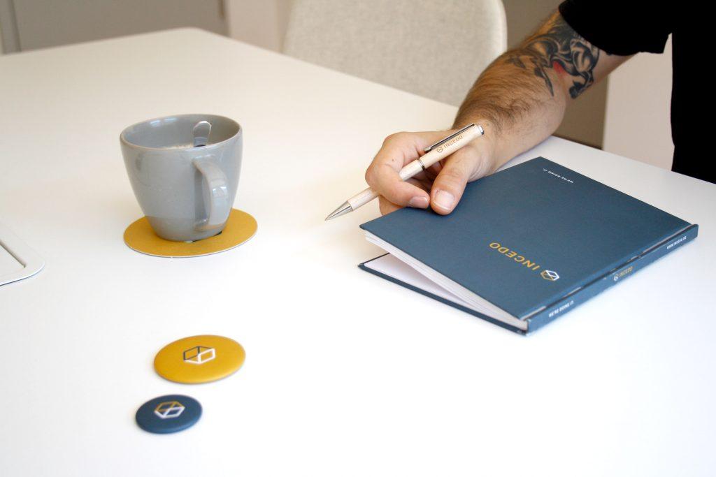 it-consultig-beratung-digitalisierung-im-unternehmen-zukunft-innovation-softwareentwicklung-incedo-services-gmbh-stuttgart-kugelschreiber-lasergravur-notizbuch-mit-logo-bedruckt